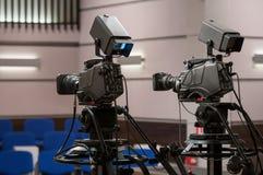 Cámara de televisión de dos profesionales Imagen de archivo libre de regalías