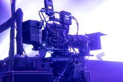 Cámara de televisión en una sala de conciertos Imágenes de archivo libres de regalías