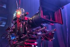 Cámara de televisión en una sala de conciertos Fotos de archivo libres de regalías