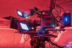 Cámara de televisión en una sala de conciertos Fotos de archivo