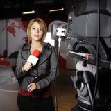 Cámara de televisión y reportero atractivo Imagen de archivo