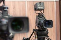 Cámara de vídeo de dos profesionales TV Imagen de archivo