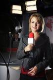 Cámara de vídeo del reportero de las noticias de la TV y Imagen de archivo libre de regalías