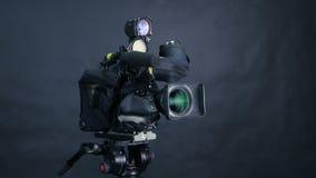 Cámara de vídeo digital profesional, camcoder aislado en fondo negro en srudio de la TV metrajes