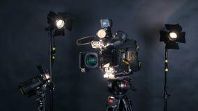 Cámara de vídeo digital profesional, camcoder aislado en fondo negro en srudio de la TV almacen de metraje de vídeo