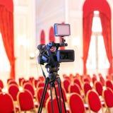 Cámara de vídeo en la sala de conferencias foto de archivo libre de regalías