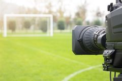 Cámara de vídeo puesta en la parte de atrás de la meta del fútbol para la difusión en el canal del deporte de la TV el programa d imagen de archivo libre de regalías