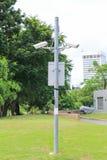 Cámara de vigilancia de la seguridad cerca del bosque verde fotos de archivo libres de regalías