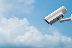 Cámara de vigilancia en fondo del cielo azul Imagen de archivo