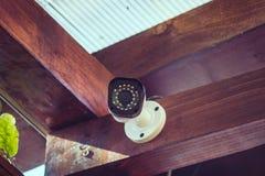 Cámara de vigilancia montada en una esquina de madera fotos de archivo