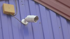 Cámara de vigilancia video en una cámara lenta video de la pared almacen de video