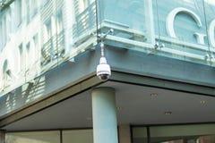 Cámara de vigilancia video o vigilancia que actúa en la calle y la construcción fotos de archivo