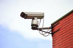 Cámara de vigilancia y pared de ladrillo roja fotografía de archivo libre de regalías