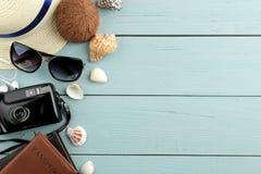 Cámara del concepto del viaje, pasaporte, vidrios sombrero y conchas marinas en una tabla de madera azul Relajación holidays Visi imágenes de archivo libres de regalías