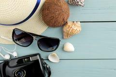 Cámara del concepto del viaje, vidrios sombrero y conchas marinas en una tabla de madera azul Relajación holidays Visión superior fotografía de archivo libre de regalías