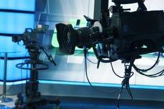 Cámara del estudio de la televisión de difusión y cámara de la grúa en sitio del estudio de las noticias foto de archivo