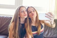 Cámara del selfie del maquillaje de los mejores amigos de las muchachas del adolescente Imágenes de archivo libres de regalías