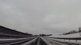Cámara del tablero de instrumentos en el coche, nieve en la carretera almacen de metraje de vídeo