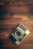 Cámara del vintage en fondo de madera foto de archivo