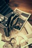 Cámara del vintage en fondo de madera imágenes de archivo libres de regalías