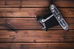 Cámara del vintage en fondo de madera fotografía de archivo libre de regalías