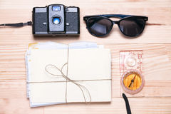 Cámara del vintage, gafas de sol, manojo de letras y un compás en a Fotos de archivo libres de regalías
