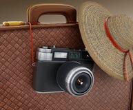 Cámara del vintage y el sombrero de las mujeres que cuelga en la maleta ilustración 3D libre illustration