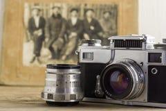 Cámara del vintage y primer de la lente con el viejo fondo de la foto fotos de archivo libres de regalías