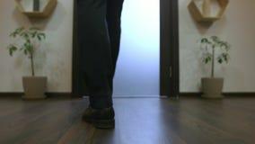 Cámara después de pasos del hombre de negocios del frente Primer del oficinista confiado en traje que camina a lo largo de almacen de metraje de vídeo