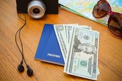 Cámara determinada del dinero del pasaporte del viaje, gafas de sol del mapa de camino, auriculares Foto de archivo