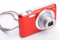 Cámara digital compacta roja del enfoque sobre blanco Fotografía de archivo