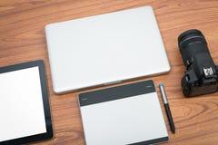 Cámara digital de DSLR con el ordenador portátil de la tableta y del cuaderno Imagen de archivo