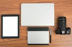 Cámara digital de DSLR con el ordenador portátil de la tableta y del cuaderno Imagen de archivo libre de regalías