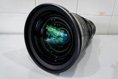 Cámara digital del filtro de la lente de la limpieza por el alcohol Fotografía de archivo