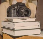 Cámara digital y libros Imagen de archivo libre de regalías