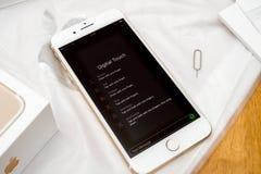 Cámara dual más de IPhone 7 unboxing el nuevo mensaje - tacto digital Imagen de archivo libre de regalías