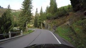 Cámara en el tejado del coche Conduciendo del paso de San Bernardino al pueblo, Suiza almacen de video