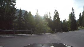 Cámara en el tejado del coche Conduciendo del paso de San Bernardino al pueblo, Suiza metrajes