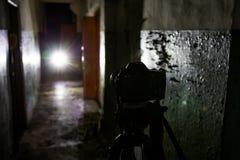 Cámara en el trípode en el edificio abandonado oscuro Concepto urbano de la exploración imagen de archivo libre de regalías