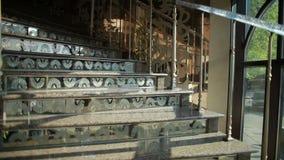 Cámara en escalera de mármol que sube del steadicam almacen de metraje de vídeo