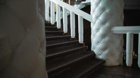 Cámara en la escalera de mármol que sube del steadicam lujosa almacen de video