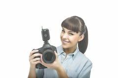 Cámara femenina caucásica joven de With DSLR del fotógrafo antes de T Imagen de archivo libre de regalías