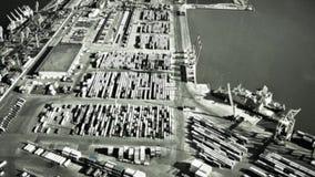 Cámara infrarroja en blanco del bombardero en los contenedores para mercancías en puerto Operación militar Guerra Ataque aéreo almacen de metraje de vídeo
