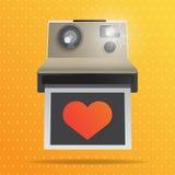 Cámara instantánea con el corazón rojo Imágenes de archivo libres de regalías