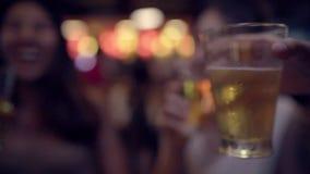 Cámara lenta - alcohol o cerveza con los amigos y partido de consumición femeninos el tener en el camino de Khao San almacen de video