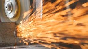 Cámara lenta: Amoladora industrial en la acción Muchas chispas