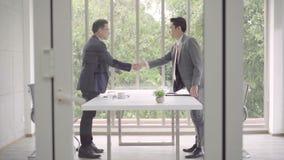 Cámara lenta - apretón de manos para sellar un trato después de una reunión del reclutamiento del trabajo