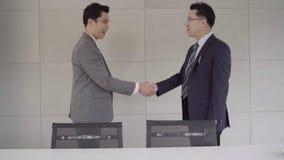 Cámara lenta - apretón de manos para sellar un trato después de una reunión del reclutamiento del trabajo metrajes