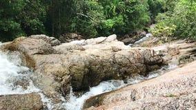 Cámara lenta ascendente cercana de la cascada metrajes