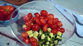 Cámara lenta, cocina sana, tomate, pepino, aceitunas, el caer, orgánico; cuenco, ensalada almacen de video